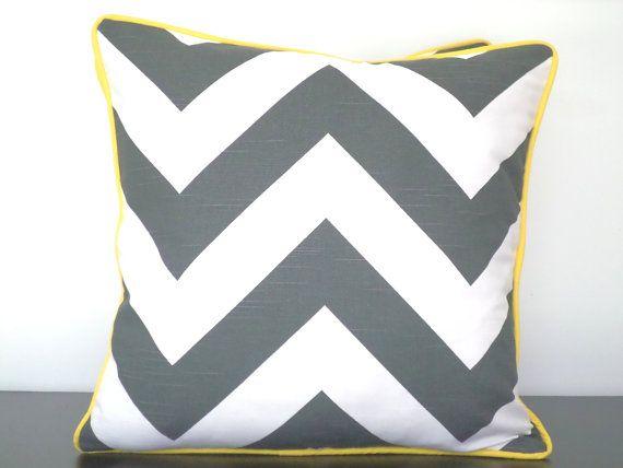 / Couverture de coussin gris foncé 18 x 18 tissu géométrique, oreiller moderne avec tuyauterie chevron literie, gris chevron coussin, oreiller gris et jaune