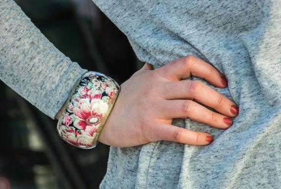 SPEDIZIONE GRATUITA Bellissimo bracciale in legno nel ricco disegno floreale in stile boho! Decorato a mano con la tecnica del decoupage e