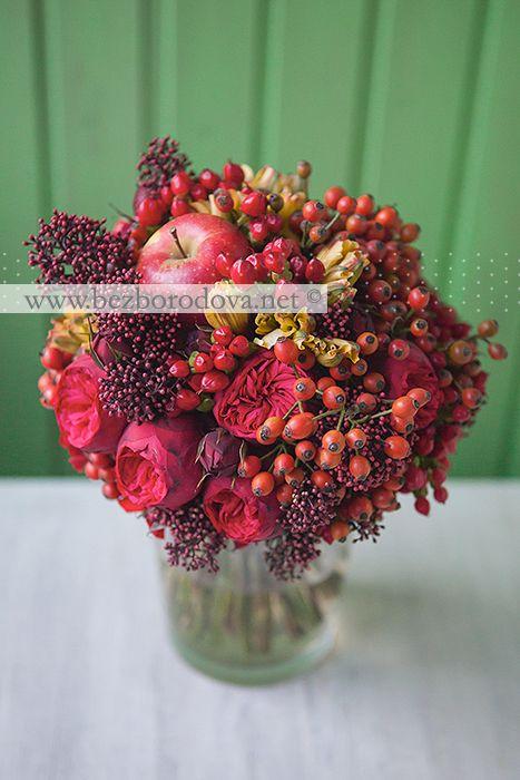 Красный свадебный букет из пионовидных роз с яблоком и ягодами шиповника в стиле хохлома