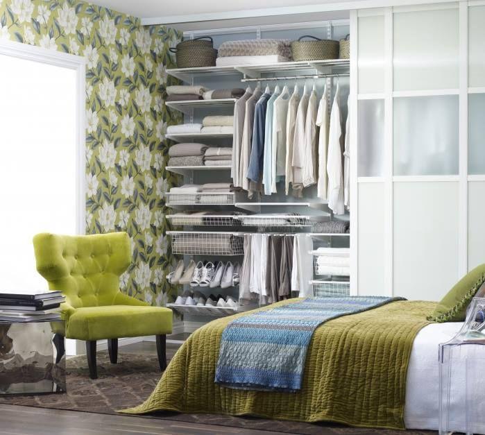 Wnętrze szafy trzeba zaplanować tak, aby na półkach rozmieszczonych na odpowiednich wysokościach mieściły się rzeczy, które chcemy przechować. Zarówno te o mniejszych jak i większych gabarytach. W projekcie naszej garderoby warto uwzględnić półki, relingi na wieszaki, szuflady z system wewnętrznego podziału na drobne elementy garderoby oraz dodatki.