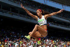 Катарина Джонсон-Томпсон выступает в семиборье прыжки в длину.