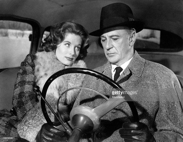 Getty Images Atores americanos Gary Cooper dirigir um carro ao lado da atriz e modelo americana Suzy Parker no filme Ten North Frederick. EUA, 1958