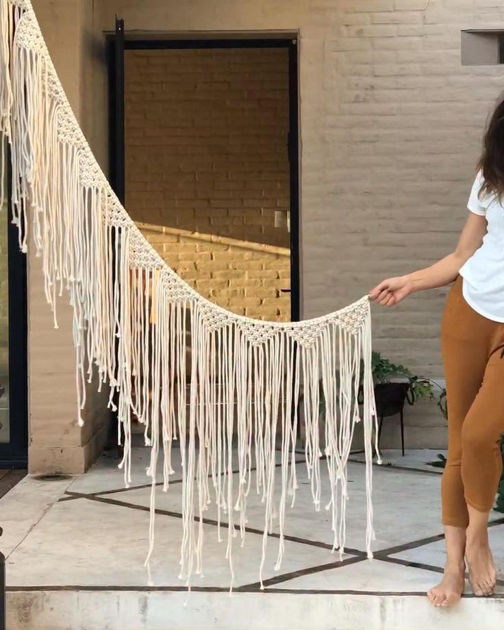 Hacemos un moni tapiz utilizando 10 cordones de 10,5 metros. Si repetimos varias veces, hacemos un lindo banderin . Manos a la obra 🤍 Diy Crafts For Home Decor, Diy Crafts Hacks, Diy Wall Decor, Macrame Design, Macrame Art, Macrame Projects, Macrame Wall Hanging Patterns, Macrame Patterns, Rope Crafts