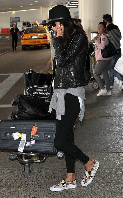 アレッサンドラ・アンブロジオ - セレブはみんなスニーカーに夢中!ロサンゼルス国際空港スタイル | CELEB SNAP