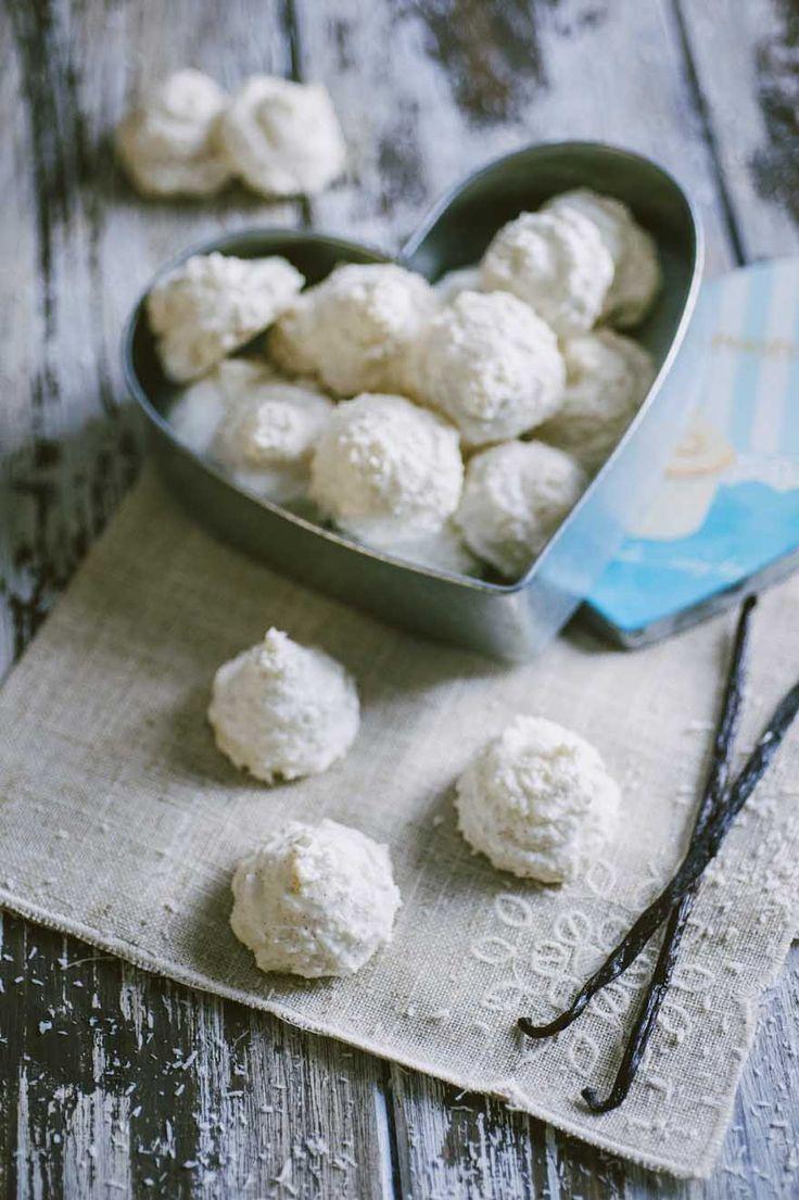 Biscotti al cocco: I #biscotti al #cocco sono delicati e spumosi come meringhe, con l'aggiunta dell'inconfondibile aroma del cocco. Uno tira l'altro!