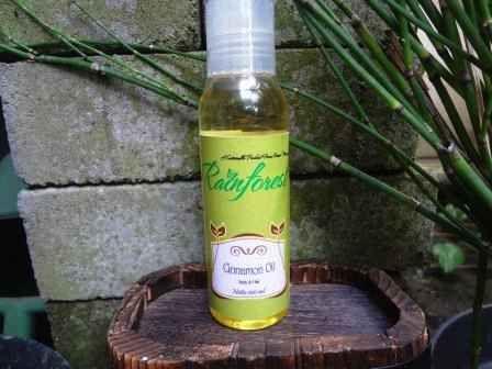 Cinnamon oil ini diformulasi untuk menenangkan, meremajakan dan meredakan ketegangan di kulit. Juga mengandung antibakteri dan bekerja sebagai penyamar bekas luka/gigitan nyamuk.