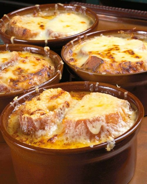 Tradicional sopa de cebolla francesa para una boda invernal