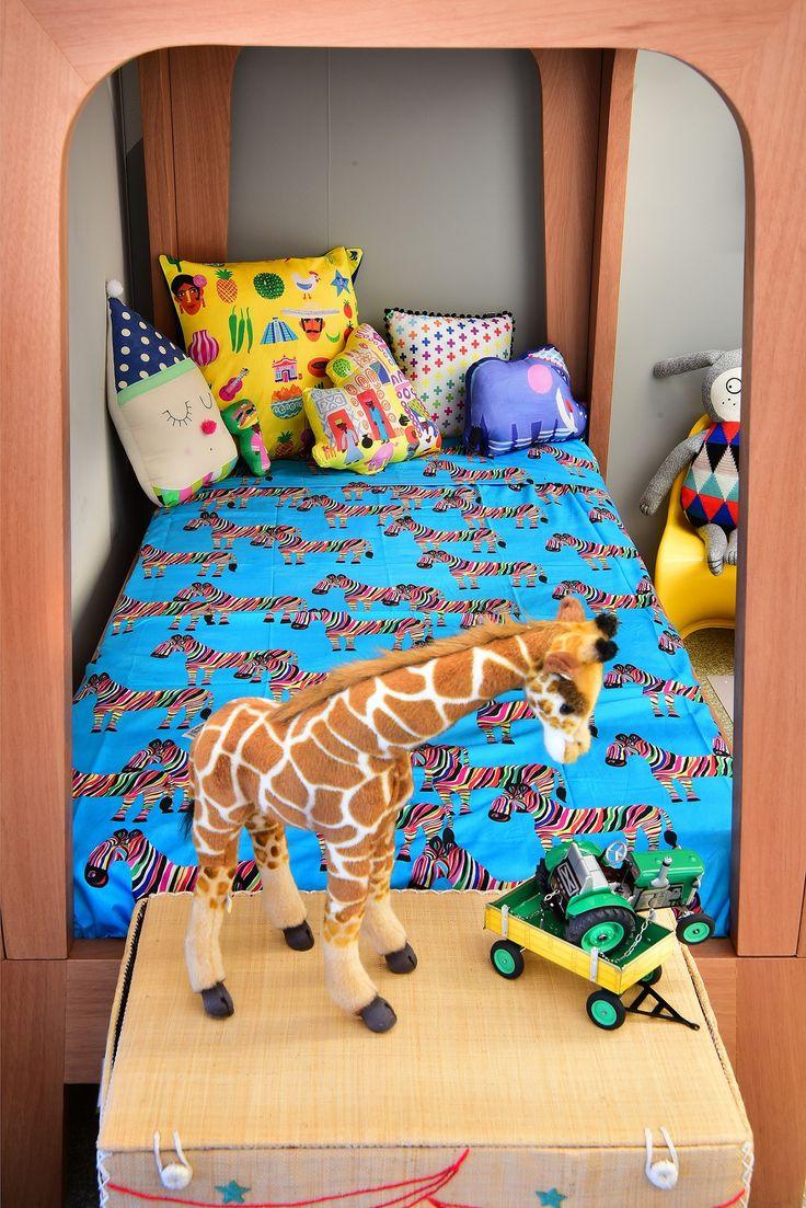 Quarto safari @amomooui e @mimootoysndolls.  Cama beliche e parede geométrica em tons de cinza deixam o quarto em clima de aventura.  Roupa de cama na estampa Zebra e almofadas coloridas da MOOUI. #decoration #boysroom #quartodemenino #home #quartodebebe #nursery #modern #beautiful #safari