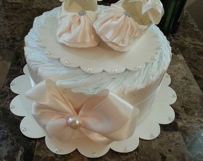 Una grada rosa y blanco pastel de pañales / pieza central de