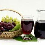 Вкусный и полезный виноградный сок Часто бывает так, когда много овощей и фруктов, то мы не знаем, что с ними делать, а вот когда урожайность маленькая – тогда сильно разочаровываемся. Вроде как и варенья много сварили, и компотов закрыли так, что полки кладовой валятся, но все же есть еще виноград и надо что-нибудь с ним делать, не пропадать же такой вкуснятине. Поэтому, можно сварить сок из винограда.
