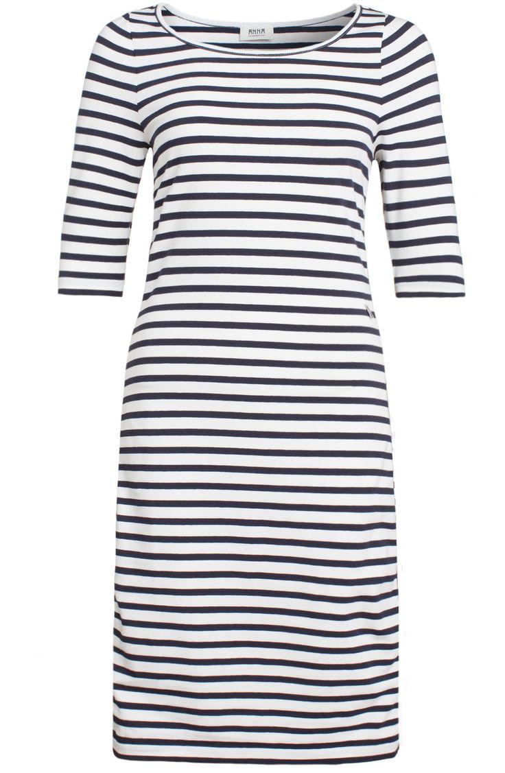 <p>Sportief gestreepte jurk van het merk Anna. De jurk heeft aan de zijkanten een marine blauw met zilveren bies.</p>