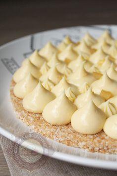 Voilà une recette de Christophe Michalak (pour changer :P) : une tarte au citron sur un biscuit coco reconstitué (une recette diffusée dans l'émission « le gâteau de mes rêves » sur Téva). Une tarte aussi simple que rapide à réaliser (il faut juste laisser le crémeux citron au frigo un certain temps). Ce qui est amusant, …
