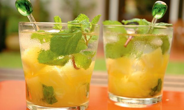 """In this article I will show you how to make a very simple and delicious caipirinha, the Caipimentha. Thisis essentially a pineapple mint caipirinha, that not only looks good, but also brings some """"exoticness"""" to your table, using onlysome very common ingredients. This is one of my favorite caipirinhas at the Aprazível Restaurant in …"""
