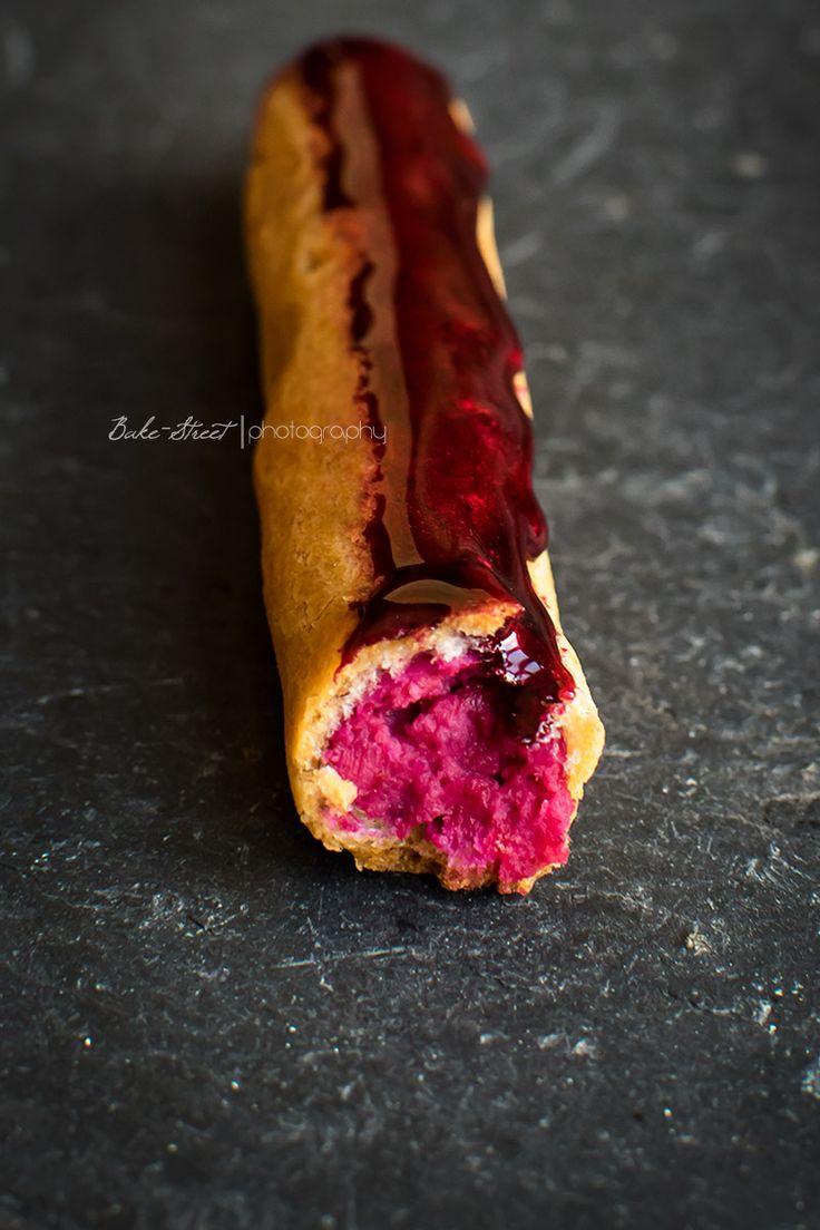 Éclairs de curd de remolacha y glaseado de polvo de Rubí, un dulce clásico con relleno de remolacha y pimenta rosa y glaseado brillante e intenso.