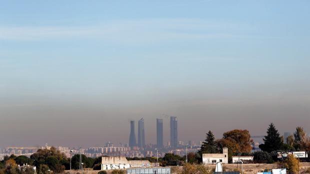 El refuerzo de autobús y Metro en los episodios de alta contaminación cuesta 500.000 euros al día. La «boina» de contaminación, sobre la ciudad de Madrid