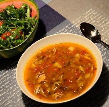 Приготовить бульон.  В большую кастрюлю налить 4 литра воды, положить цыпленка, когда вода закипит, добавить морковь, лук и сельдерей, варить бульон до готовности 45 минут.