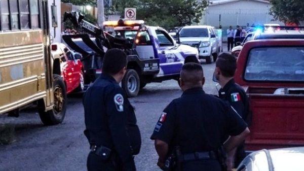 La tarde de este martes un hombre perdió la vida luego de haber sido atacado a balazos en las calles Belisario Domínguez y 18 de Marzo, en la colonia Revolución.  El hoy occiso fue identificado como Gustavo Medina González, de 23 años, el cual era estudiante del Tecnológico.  El ataque se suscitó cerca de las 16:00 horas, cuando la víctima, a bordo de su auto Dodge Sebring, fue atacado por hombres que viajaban en un Nissan Tsuru y una camioneta Tahoe.  Al reporte acudieron elementos de…