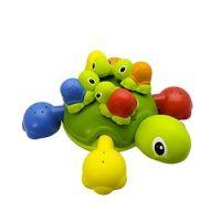 Deze moeder schildpad heeft vier kleine schildpadjes op haar rug. De kleine schildpadjes plakken op de schelp van de moeder door middel van een zuignap. Door middel van deze zuignap plakken de schildpadjes ook op de badrand of muur van de badkamer. De schildpadjes spuiten water en zorgen hierdoor voor veel badplezier. Als de schelp van moeder schildpad verwijdert wordt, kunnen de vier poten gebruikt worden als gieter. http://www.geschiktspeelgoed.nl/product/aqua-fun-bad-schildpad/