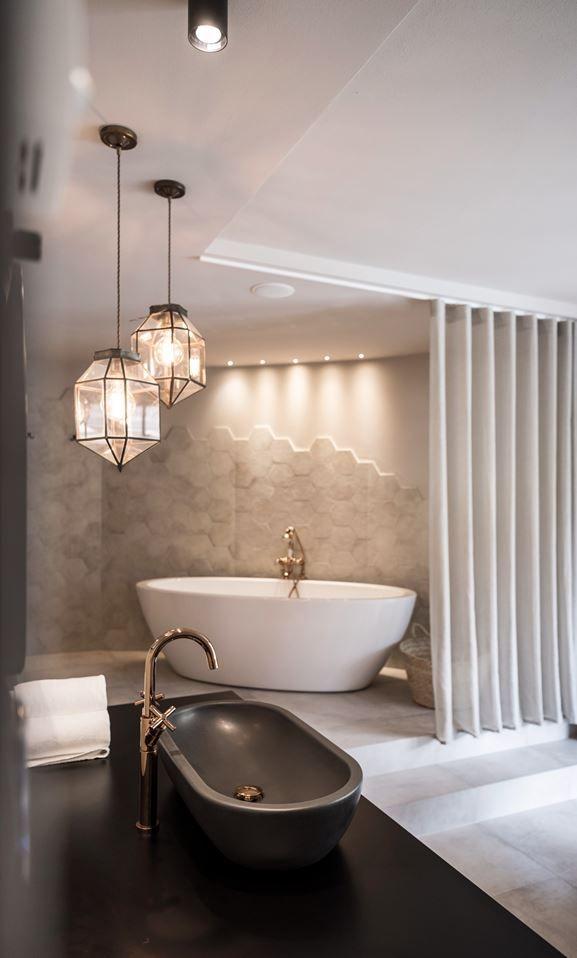 Beautiful Modern Bath With Awesome Pendulum Lighting Elegant Bathroom Bathroom Interior Design Luxury Bathroom