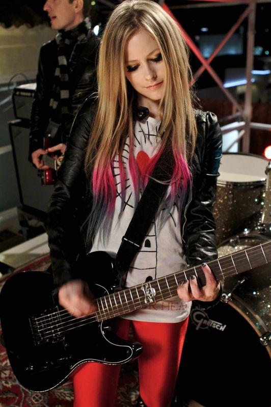 """3.después de esto ambas se tomaron una foto y Avril se emocionó. Se dice que la canción """"Darlin'"""" está dedicada a esa fan y a todos aquellos que sufren y no tienen a nadie a su lado."""