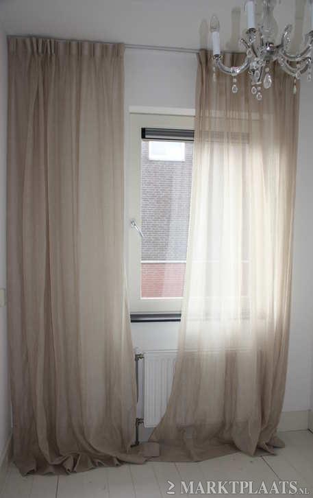 beige linnen gordijnen ikea 50 euro per twee maar dan met zwarte ringen aan zwarte roede alleen voor raam naar tuin rustig breez