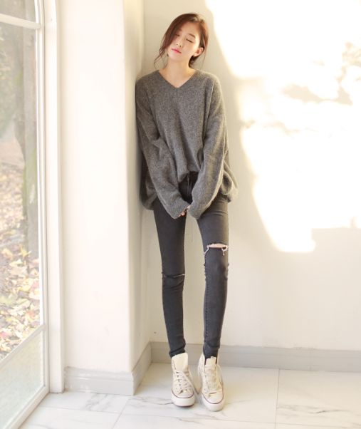 light shoes, grey oversize v neck sweater and ripped grey skinny jeans. A lighter monochrome