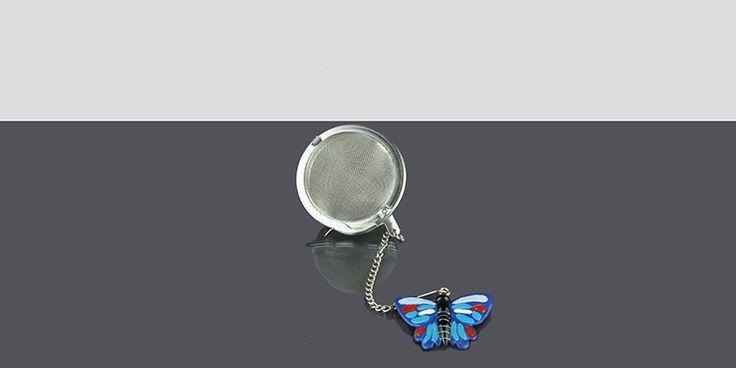 Práctico y divertido infusor con figura de mariposa.