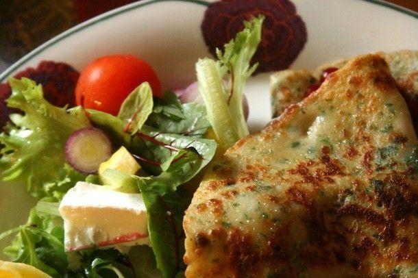 Nokkosesta voi loihtia monenlaista syötävää – kuten vaikkapa lettuja lukijamme Pia Grönroosin reseptillä.