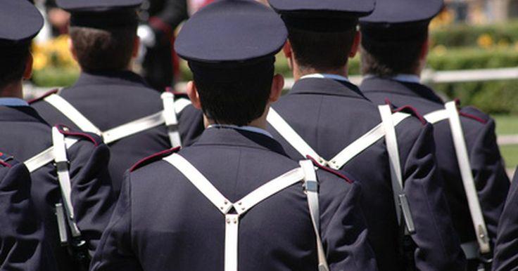 Escuelas de academia de policía. La formación necesaria para convertirse en un oficial de policía varía según la ciudad y el estado. Algunos departamentos requieren que los oficiales tengan un título universitario, preferiblemente en la justicia penal o con una importancia relacionada, mientras que otros no lo hacen. Las academias de policía enseñan específicamente las ...