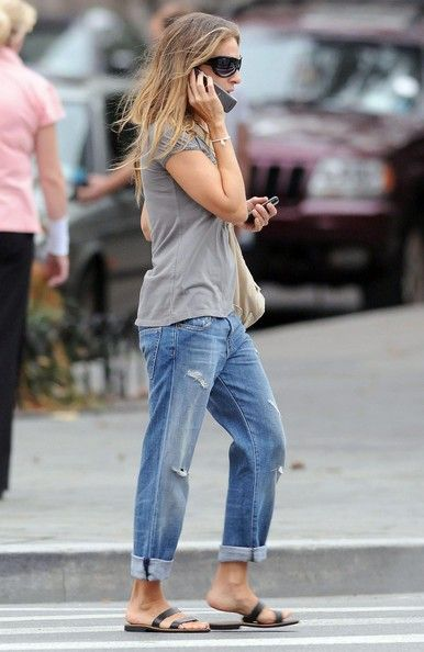Sarah Jessica Parker Actress SARAH JESSICA PARKER following Katie Holmes' fashion trend by wearing rolled up jeans in New York City.
