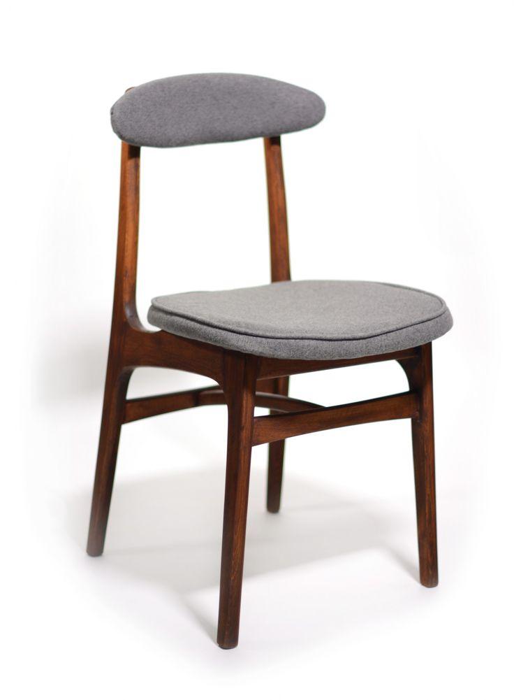 Krzesło vintage projektu prof. Rajmunda Hałasa. Krzesło wykonane jest z bukowego drewna, dokładnie wyczyszczone i wybarwione…