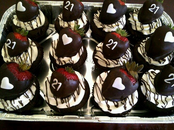 Cupcake Decorating Ideas For Guys : Best 25+ 21st birthday cakes ideas on Pinterest 21 ...
