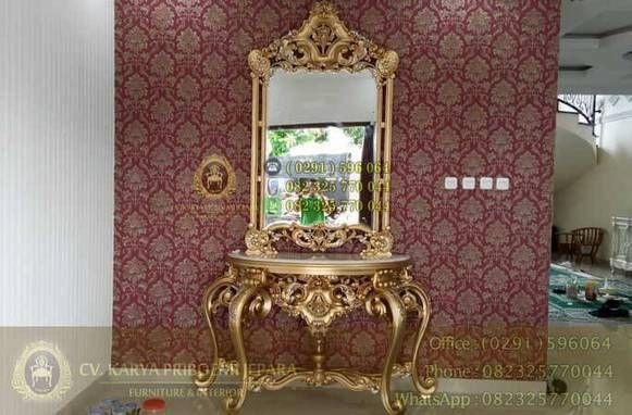Meja Konsul Klasik Mewah Eolo – Furniture mewah dengan desain klasik eropa yang indah dan menawan untuk menyempurnakan interior rumah anda. Produk Meja Konsul Klasik Mewah Eolo Emas Antik ini kami desain sesuai permintaan dari konsumen kami, dengan menyesuaikan konsep ruang tamu yang sudah dipastikan memakai produk Kursi Tamu Mewah Klasik Eolo. Dengan sangat teliti kami desain meja konsul ini mengikuti konsep kursi tamunya hingga terwujudlah produk super mewah ini.