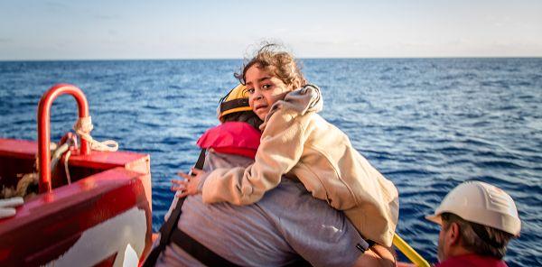"""""""Niemand setzt seine Kinder in ein Boot, es sei denn, das Wasser ist sicherer als das Land.""""    Dieser Satz einer britisch-somalischen Dichterin zeigt, in was für einem Dilemma sich viele Eltern befinden, die ihren Kindern ein Leben ohne Krieg und Zerstörung bieten wollen. Allein dieses Jahr starben über 1000 Menschen bei dem Versuch, das Mittelmeer zu überqueren.   Setz dich heute am Weltflüchtlingstag dafür ein, dass 28 Millionen Flüchtlingskinder weltweit Zugang zu legalen und sicheren…"""