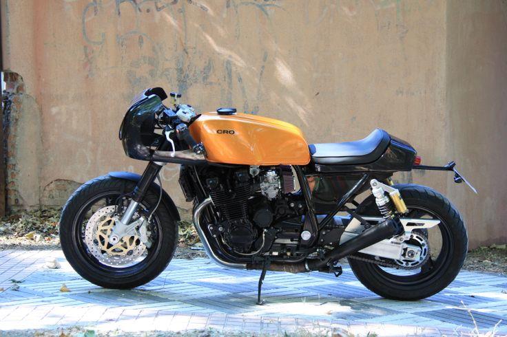La Mean Machine, con base Yamaha XJR 12OO, es una mezcla entre una moto de resistencia de los años 7O y una moto deportiva de los años 9O. By Cafe Racer Obsession.