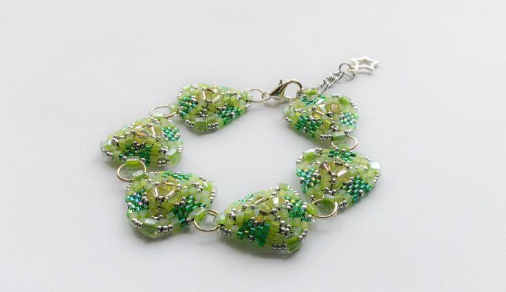 Bracelet en perles de couleur vert et argenté : Bracelet par atelier-de-delphine
