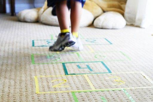 Maak met plakband (Washi tape) een hinkelpad op je vloer of tapijt. Spelen binnenshuis.