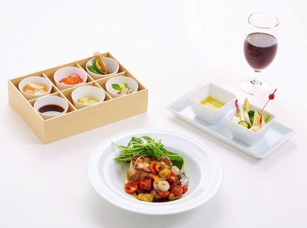 Du 1er juin à fin août 2014, Hiroki Yoshitake, chef et co-propriétaire du restaurant « Sola » (Paris Ve), propose sa cuisine en première classe et en classe affaires de Japan Airlines (JAL), une des deux compagnies aériennes japonaises. Seuls les passagers qui embarquent à Paris bénéficient de cette dégustation.