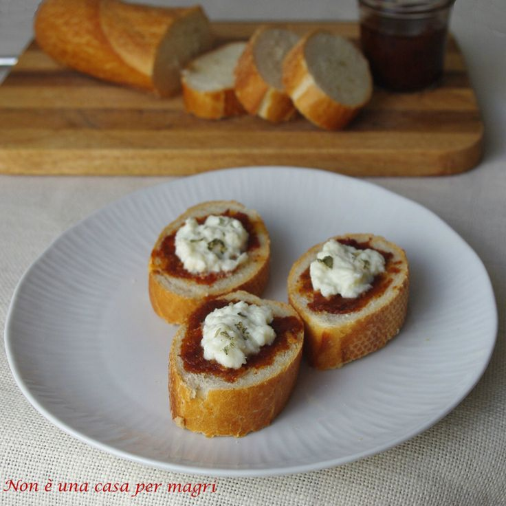 Con il patè di pomodori secchi potete preparare questi sfiziosi crostini. Se poi aggiungete la crema di burrata….. http://blog.giallozafferano.it/noneunacasapermagri/crostini-al-pate-di-pomodori-secchi/