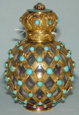 Esenciero esférico de cristal de roca con guarnición de oro cincelado, con perlas de esmalte azul formando red. Escuela francesa 1801-1900.