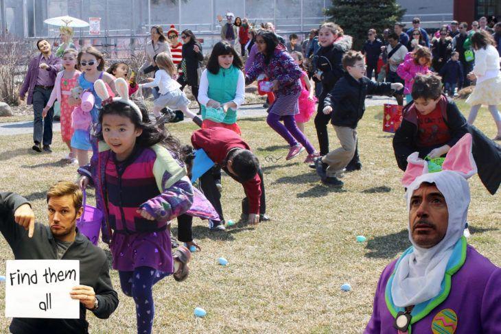 Robert Downey Jr vestido de conejo en una imagen de niños buscando huevos de pascua