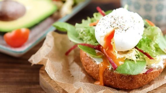 Воскресный сэндвич с авокадо, творожным сыром, салатом и яйцом пашот. Пошаговый рецепт с фото на Gastronom.ru