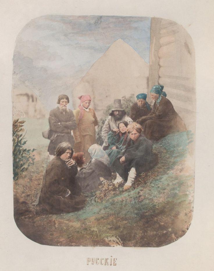 Крестьянская семья у собственного дома