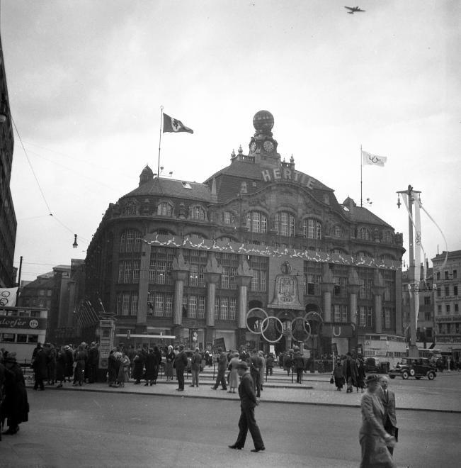 Am Alexanderplatz steht das Kaufhaus Tietz im Zeichen der Ringe. Berlin, 1936. o.p.