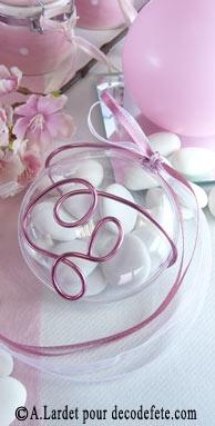 Touche créative par excellence, le fil alu apportera du relief à vos médaillons à dragées.