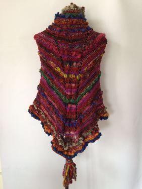 Poncho en lana de oveja tejida a palillo y telar por mujeres del sur de Chile.