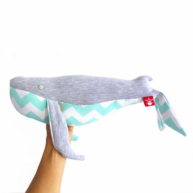 Duża, miękka zabawka-wieloryb wykonana w 100% ręcznie. Autorski projekt uszyty z najlepszej jakości bawełny,dzianiny dresowej.  W środku antyalergiczne wypełnienie, długość ok 50 cm.