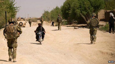 """Miles de afganos empleados por las fuerzas extranjeras como traductores se quedarán en su país enfrentando amenazas por haber colaborado con los """"invasores"""". Sus empleadores parecen renuentes a ayudar. Conoce el drama de los traductores del """"enemigo""""."""