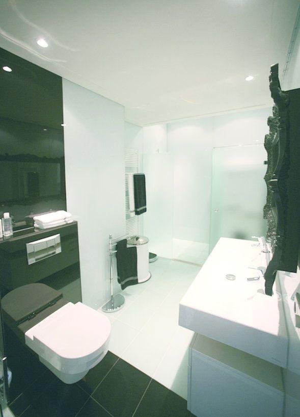 Je kunt de wanden in je badkamer bekleden met gekleurd glas. Door de ...