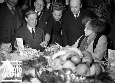 Colette (1873-1954), écrivain - Colette, écrivain français, fêtant ses 80 ans avec l'Académie Goncourt et sa fille Colette de Jouvenel, à Paris, le 28 janvier 1953. De gauche à droite : G. Bauër, Francis Carco et Roland Dorgelès.